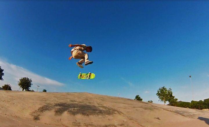 Backside flip de Jakob Zdenek en la pirámide del skatepark de Felanitx