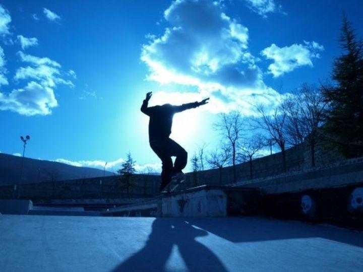 Frontside nose grind en el skatepark de Alcoy, Valencia.