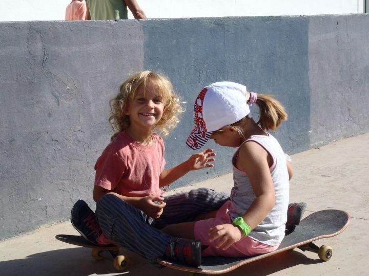 Escuela de skate: Elvira y Olatz en catamarán