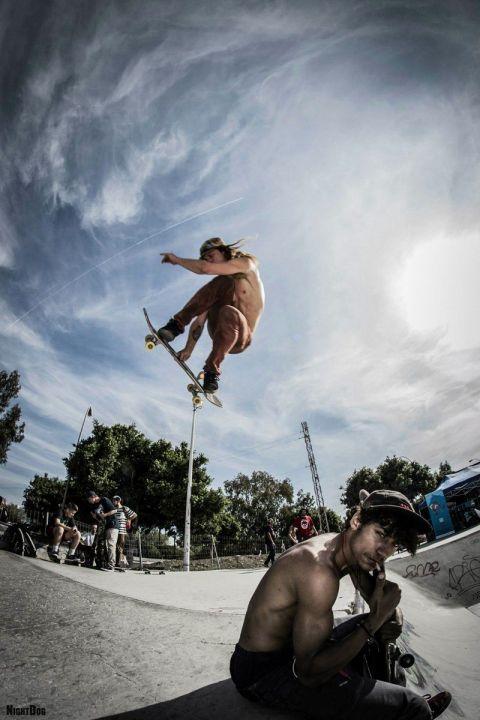 Posando en el First Vans/Dreisog contest with Josef Billy De Vries de fondo volando por mi